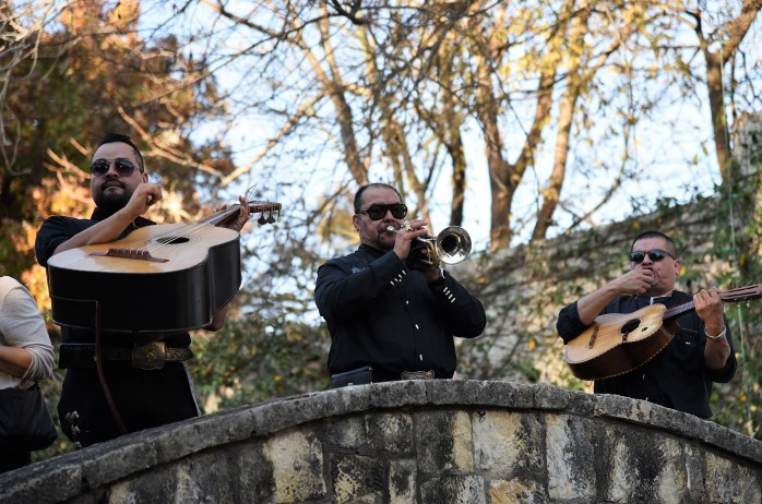 mariachis-on-the-river